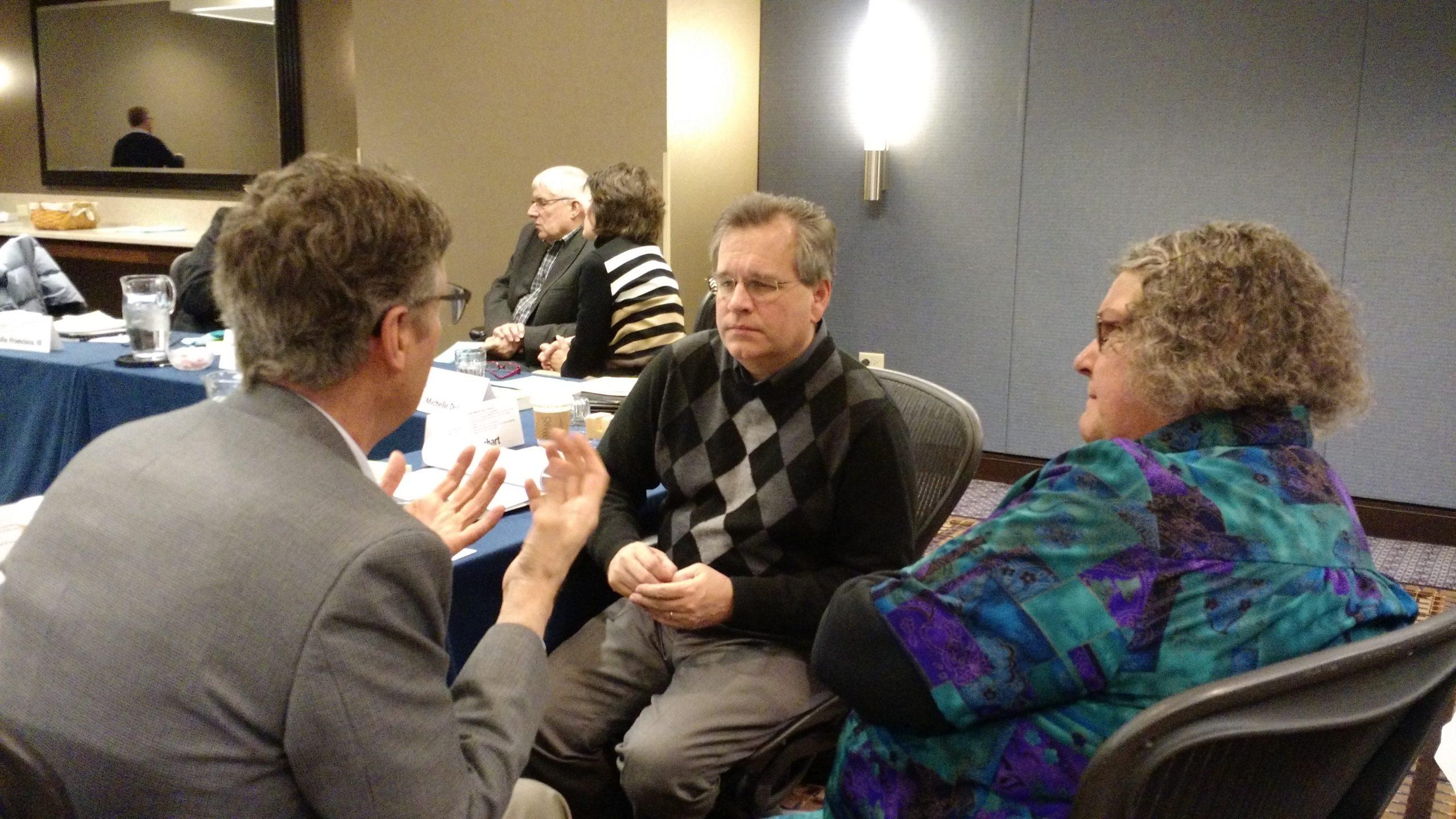 Miembros de la junta ejecutiva de la Iglesia Menonita de EE. UU. en su reunión de febrero del 2016 cerca de Chicago: (de izq. a der.) Ervin Stutzman, director ejecutivo; David Boshart, moderador electo; Patty Shelly, moderadora. (Foto de Janie Beck Kreider)